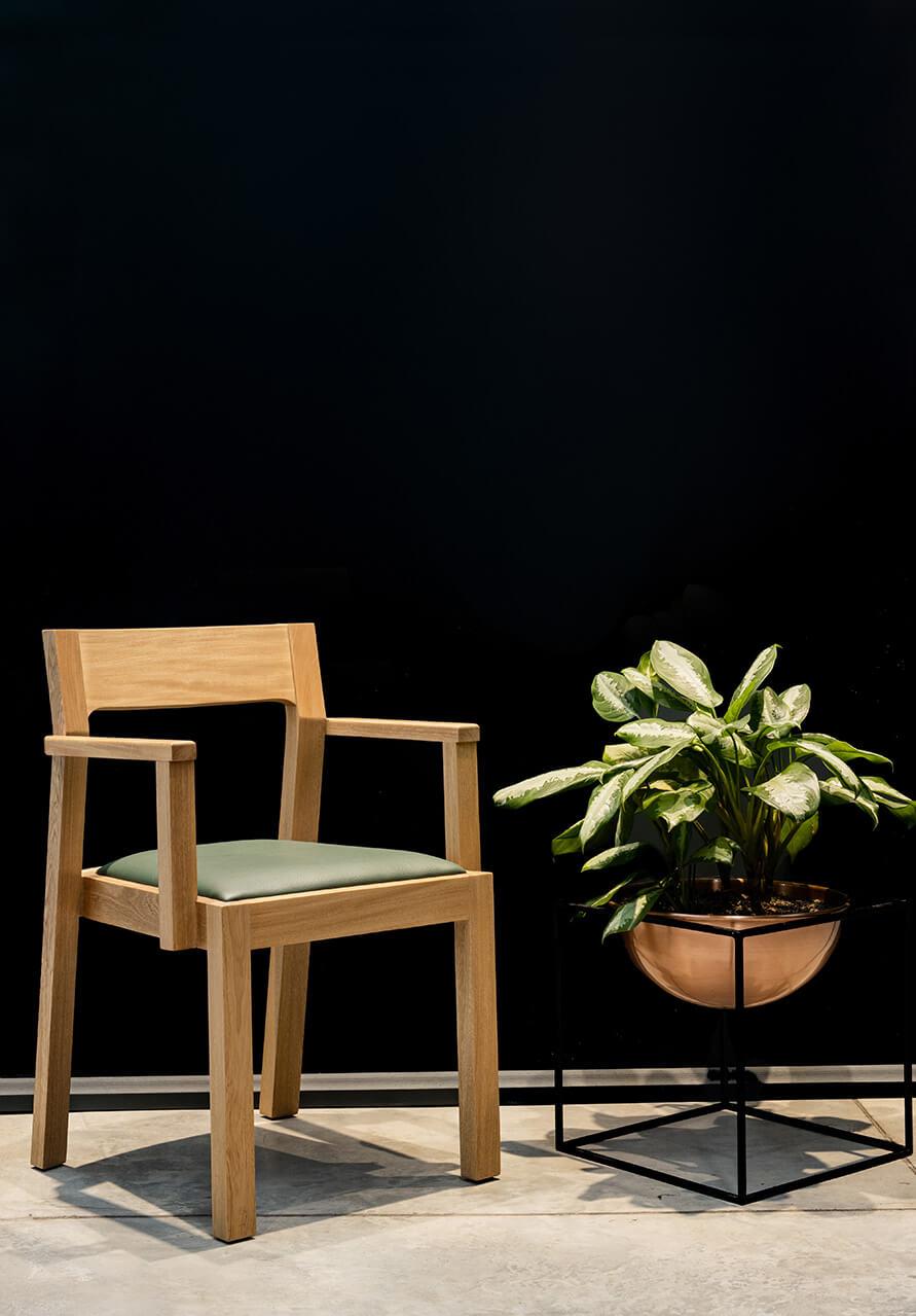 silla-decorativa-mulato-base-matera-cubo-espacio-blanco